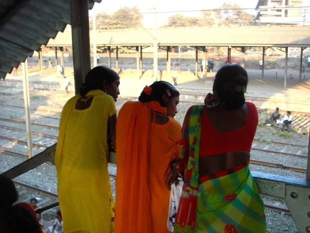 filles qui regardent passer les trains